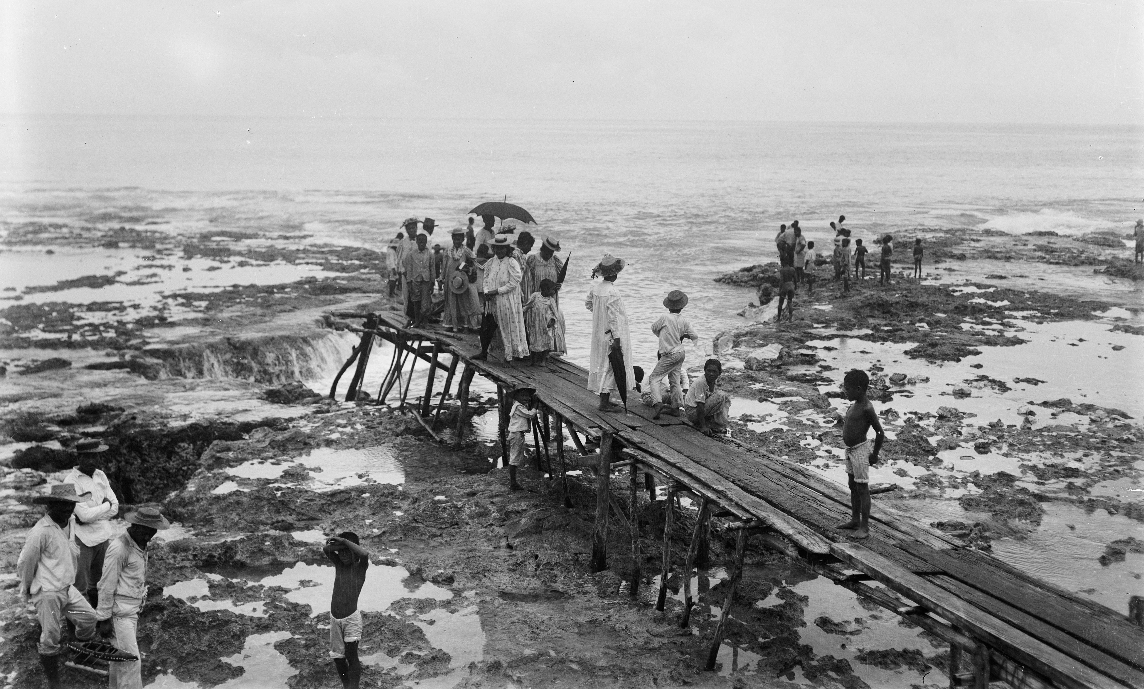 Niueans stand on the wharf at low tide during the visit of New Zealand's Governor-General Lord Ranfurly on the HMS Mildura, October 1900. (Photograph by Malcolm Ross, Alexander Turnbull Library.)